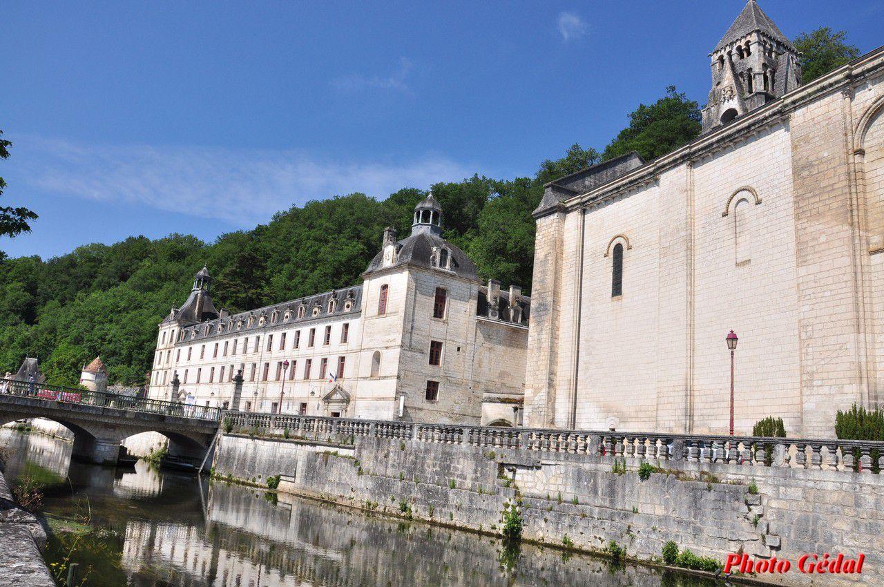 A gauche les bâtiments conventuels qui abritent la Mairie, à droite l'abbaye de style roman.