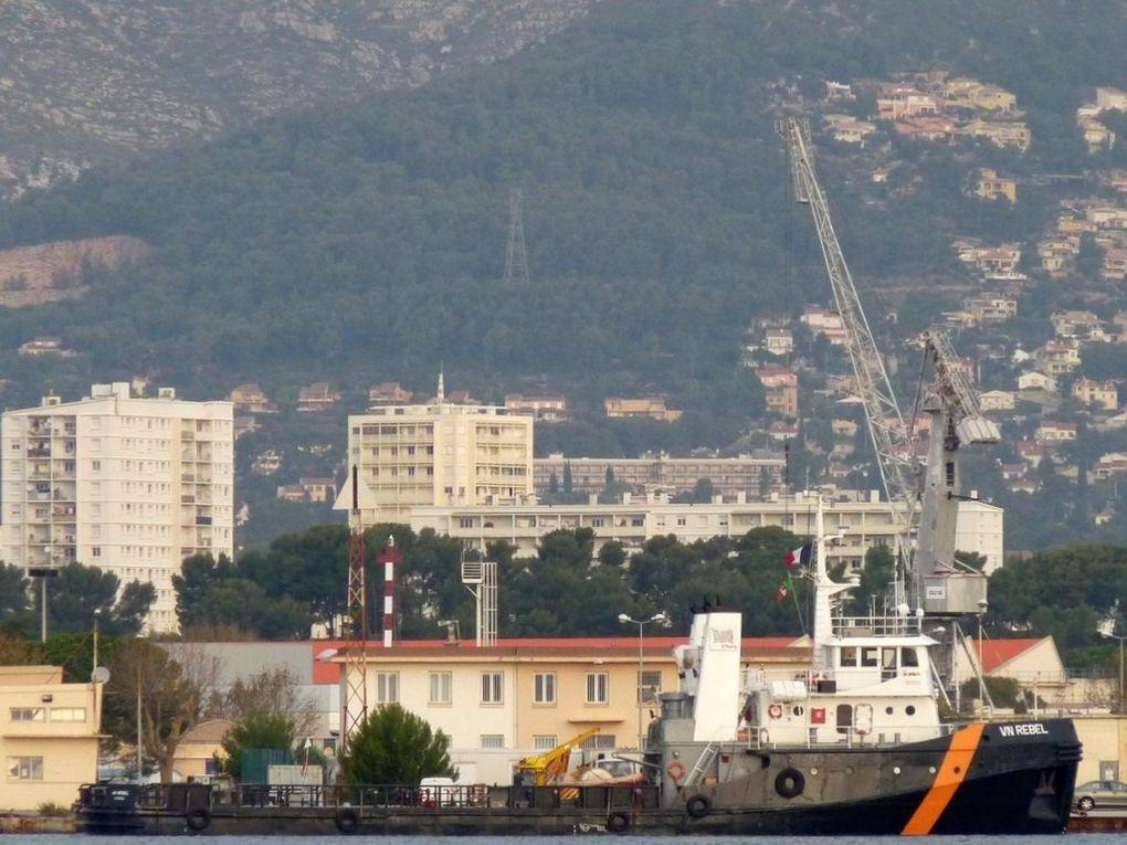 """VN REBEL, remorqueur italien , affrété par la marine pour servir de """" Plastron"""""""" pour l'entrainement des forces"""