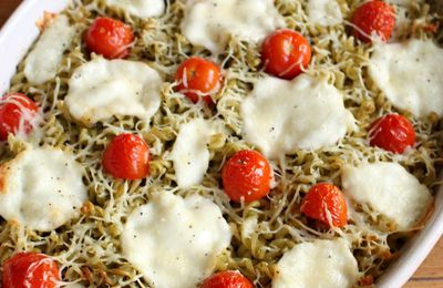 Gratin de pâtes au pesto, tomates cerises et mozzarella