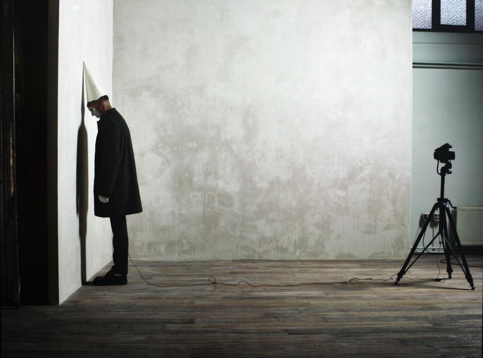 """From the series April Fool """"11.15 am"""", 2020 de Erwin OLAF - Courtesy de l'artiste et la galerie Galerie Rabouan Moussion © Photo Éric Simon"""