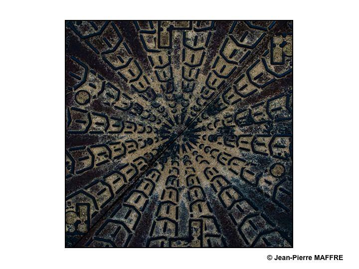 Des traces de peinture délavées par les intempéries magnifiées dans Photoshop.