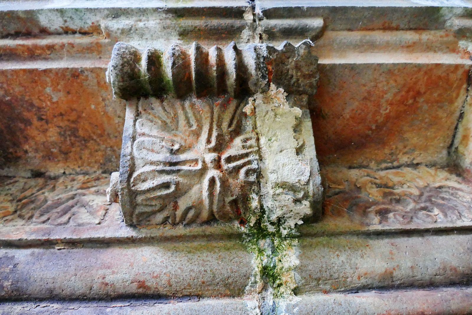 Modillons du porche intérieur de l'église de Guimiliau. Photographie lavieb-aile.