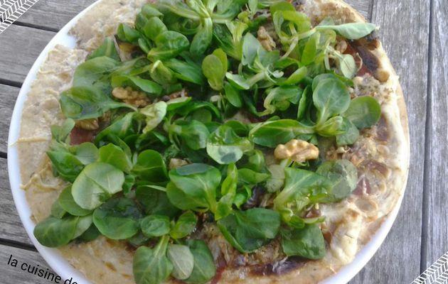 Pizza Grenobloise (mâche, bleu, jambon cru et noix)