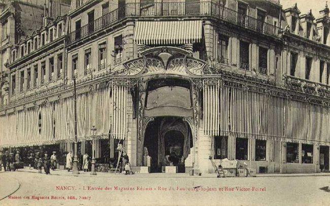 Premier immeuble construit en 1896 dans le style École de Nancy, puis détruit pendant la première guerre mondiale en 1916.