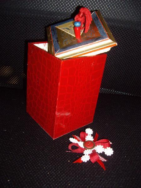 Du carton, une équerre, une règle un cutter et voilà des morceaux qui vont être collés, assemblés, agencés, ... On va les recouvrir, les habiller, les décorer, ... un objet est né !