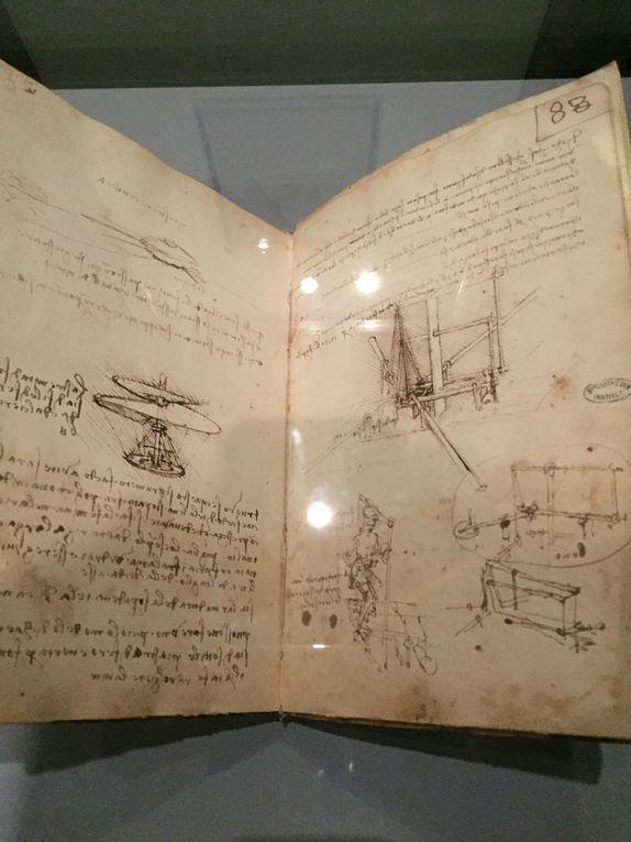 """Léonard de Vinci avec les deux tableaux du Louvre que j'adore à savoir """"La liberté guidant le peuple """"de Delacroix et """"le radeau de la méduse """" de Géricault"""