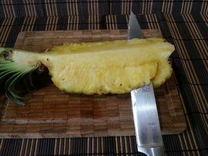 2 - découper la chair de l'ananas sous la partie centrale dure sans la retirer de façon à l'évider en quart de lune