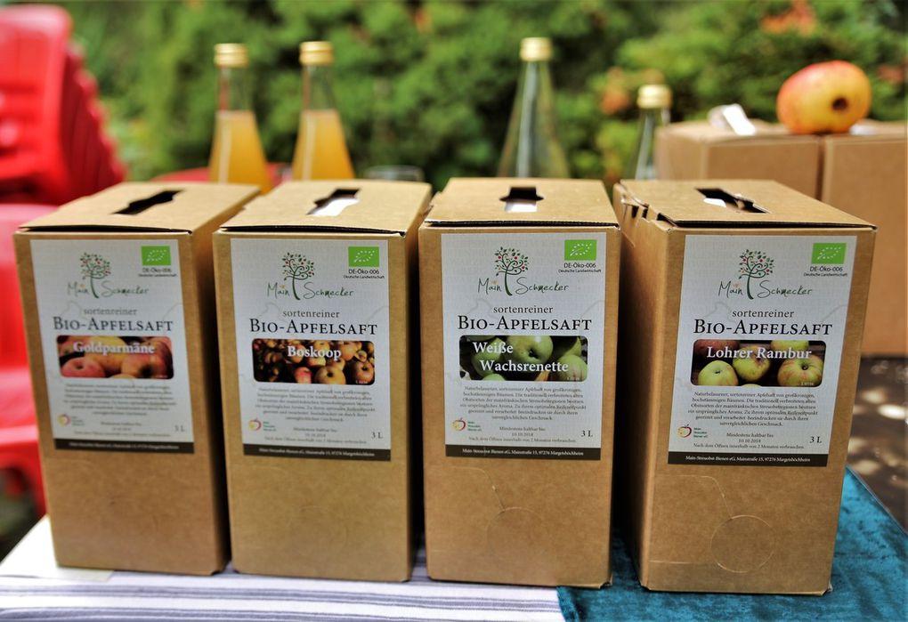 Mit ihren Produkten bereicherte die vor dreieinhalb Jahren in Margetshöchheim gegründete Main-Streuobst-Bienen eG das Herbstfest, deren Mitglied auch die NaturFreunde sind (im Bild v.l.n.r. Sigi Hofmann, von der Genossenschaft Andrea Leipelt und Geschäftsführer Krischa Cords sowie Naturfreunde-Vorsitzender Jürgen Schrader). Der Apfelsaft und die Apfelsaftschorle der Genossenschaft finden auch bei den Gästen im Naturfreundehaus großen Anklang.