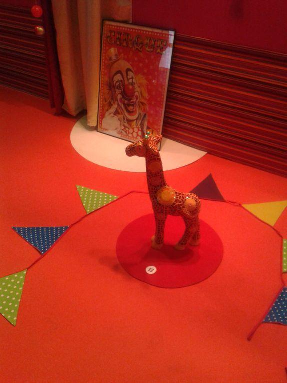 Le thème central cette année, c'était le cirque. J'adore le cirque!! Il y avait plein de couleurs, et tous les ateliers étaient axés sur ce thème... =)