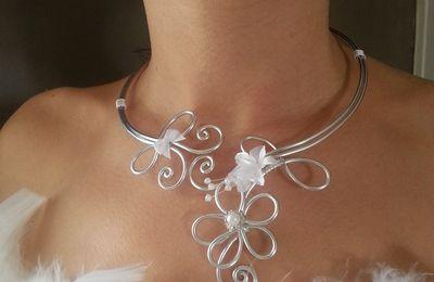 Parure Angélique. Parure de mariée originale ,collier et bracelet . Bijoux fait main. Blanc et argent