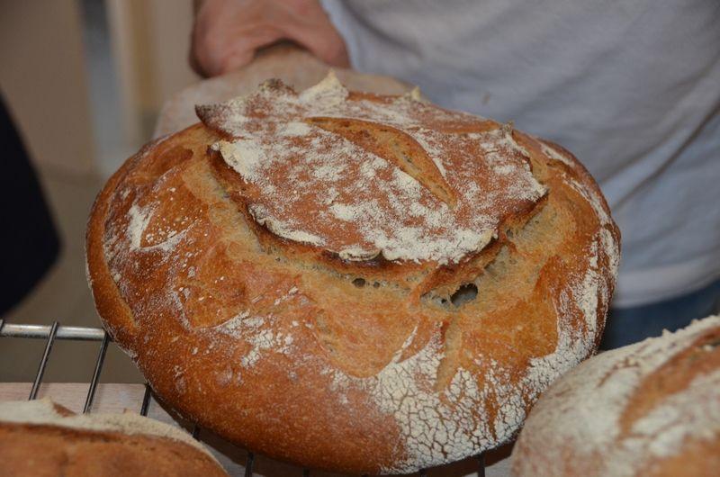 On façonne, on grigne, on enfourne, on écoute chanter le pain qui sort du four....