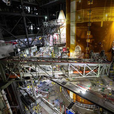 Un simulateur de masse d'Orion et des ombilicaux sur le SLS Artemis 1