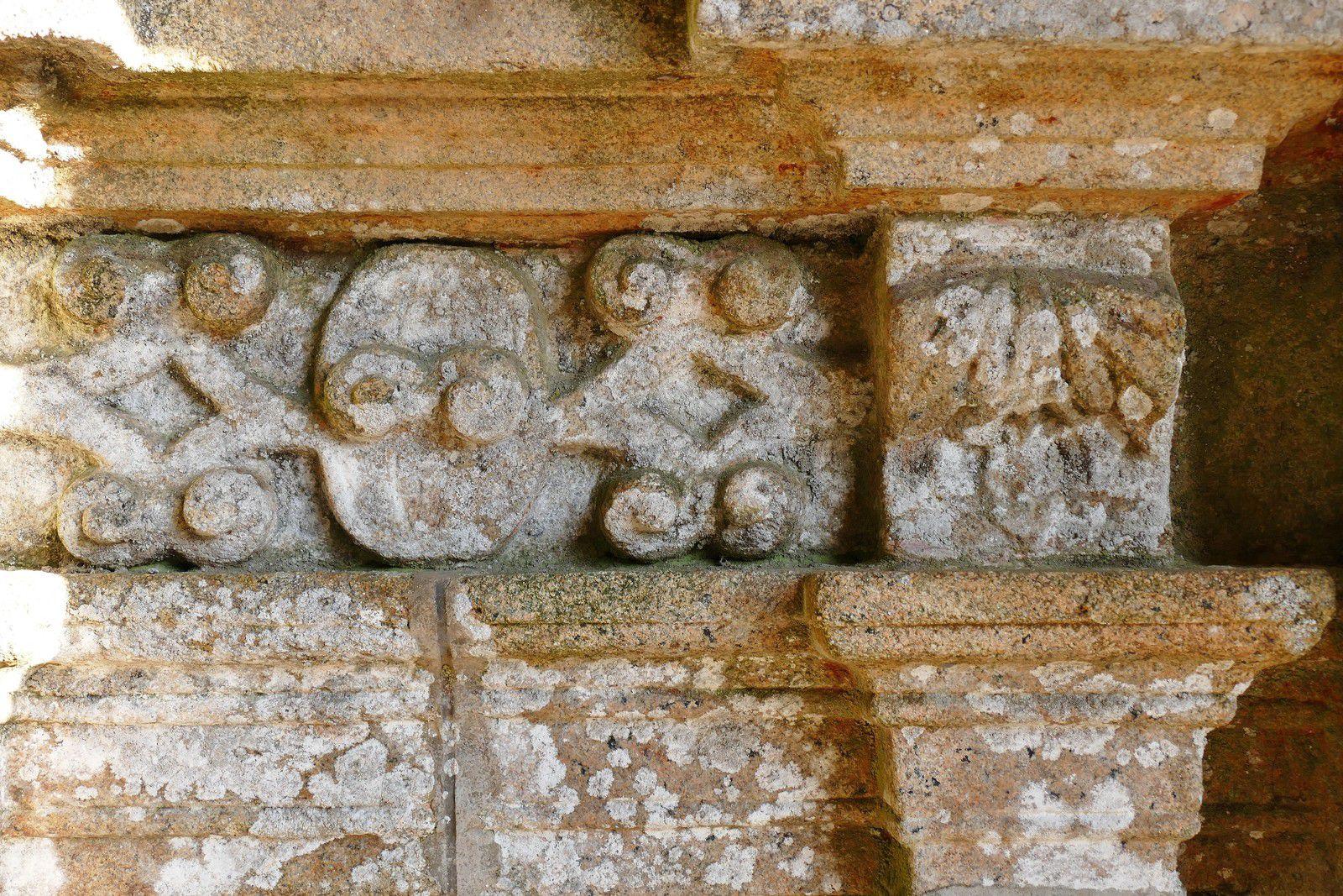 La frise (granite, 1570-1601) sous les niches des Apôtres du porche sud de Bodilis. Photographie lavieb-aile 2021.