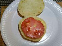 4 - Trancher le pain pita au milieu sans le découper dans son intégralité pour laisser une attache. Le garnir des ingrédients de votre choix. Ici nous l'avons garni successivement de mayonnaise, jambon, tomate, emmental, oeuf dur, salade et olives noires dénoyautées.