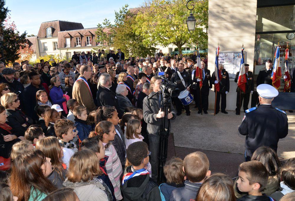 """YERRES ( Essonne ) 96è anniversaire de l'armistice de 1918, ce mardi 11 novembre 2014.  Cérémonie au cimetière - Dévoilement d'une plaque en l'honneur des instituteurs et des enfants de Seine & Oise """"morts pour la patrie"""". Cérémonie au monumen"""