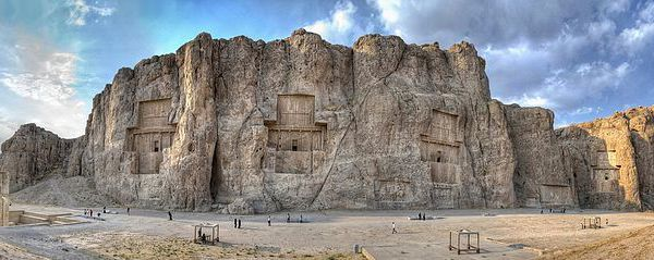 la vaisselle, les bijoux et l'architecture des achéménides (http://www.cliolamuse.com/IMG/jpg/rhyton_gold.jpg - http://www.cliolamuse.com/IMG/jpg/pers_bijou.jpg - https://upload.wikimedia.org/wikipedia/commons/thumb/f/fa/Naghshe_Rostam_ZPan.jpg/770px-Naghshe_Rostam_ZPan.jpg)