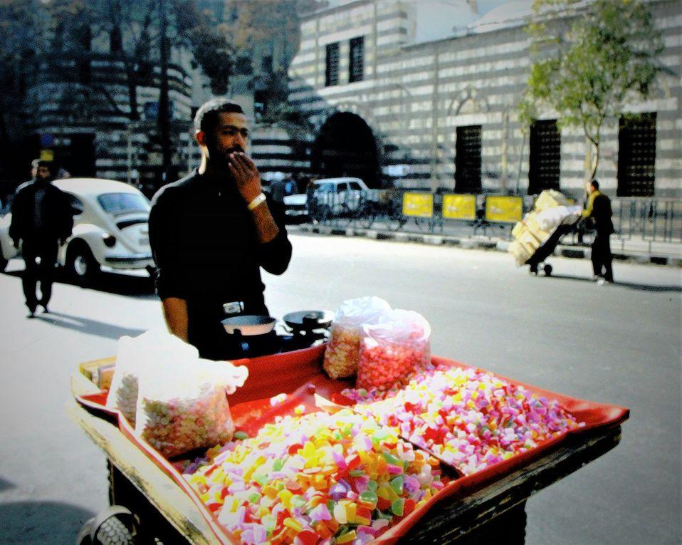 En janvier 2002, quand on sortait du marché couvert de Damas, il y avait ce type qui vendait du café, un excellent café à la cardamone: tout était soigneusement rangé sur son vélo, les thermos, les gobelets, le sucre, les serviettes en papier. Il habitait dans la banlieue et venait tous les jours vendre son café dans ce lieu fréquenté par les Syriens et les touristes, avec lesquels il aimait parler en anglais. Damas était une capitale agréable à visiter à pied, avec ses célèbres mosquées, ses jardins tranquilles. Aujourd'hui  le pays est dévasté par la guerre depuis plus de dix ans. La banlieue est un champ de ruines, des centaines de milliers de Syriens ont fui les djihadistes, les attentats, les arrestations,  les tortures- liste non close. Qu'est-il devenu, lui, le vendeur de café à vélo ?