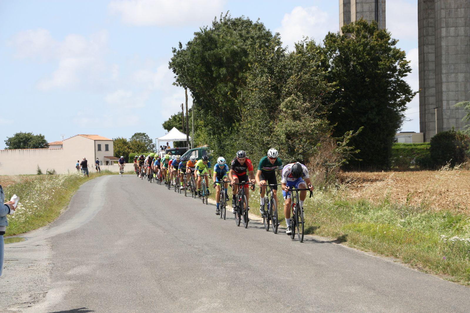 4e  tour  Jean-Patrick  TISSEAU  emmène  un  peloton  étiré