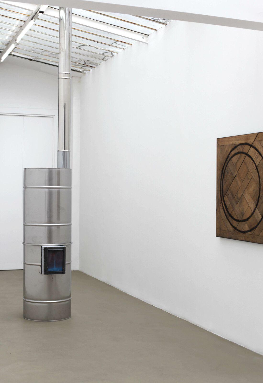 """""""Inox roquette"""", 2021 de Oscar TUAZON - Courtesy de l'artiste et de la Galerie Chantal Crousel © Photo Éric Simon"""
