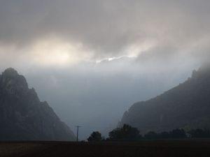 Le Vercors n'est pas engageant ... au dessus, il y a du soleil ... mais où est le plafond nuageux ?