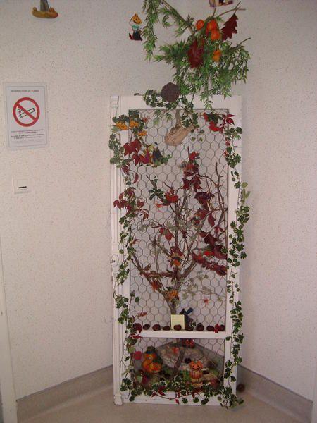 Fenêtres décorées pour un service hospitalier, fenêtre réformée, grillage, branche de bois, décorations et fleurs artificielles, collage de serviette