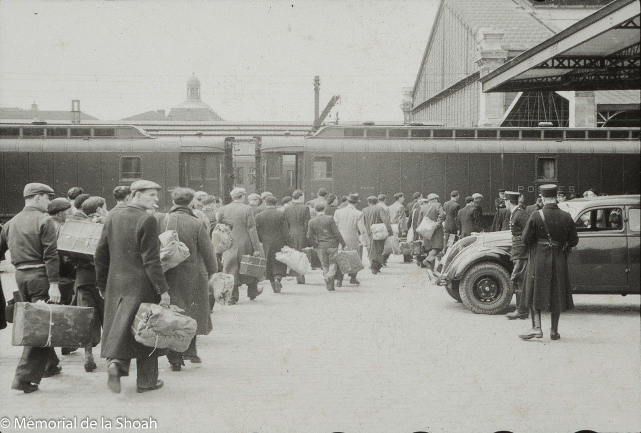 Transport des juifs arrêtés à la gare d'Austerlitz. (©Mémorial de la Shoah)