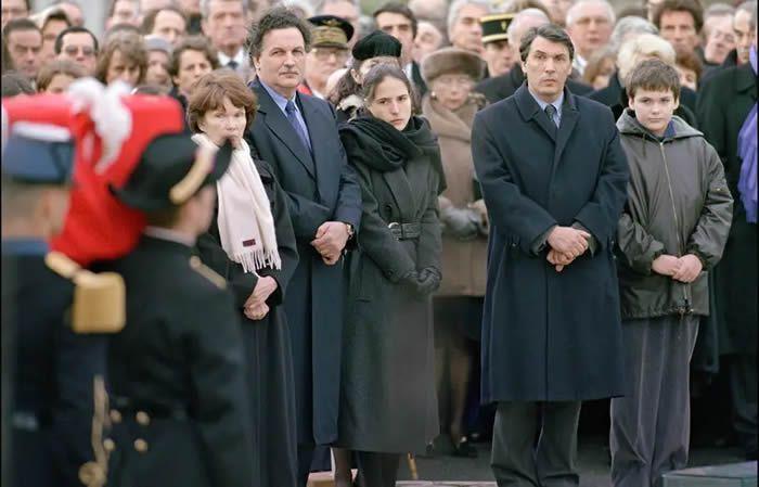Danielle Mitterrand, Jean-Christophe Mitterrand, Mazarine Pingeot, Gilbert Mitterrand et Adrien Mitterrand sur la place du Château à Jarnac, le 11 janvier 1996. — GERARD LEROUX/AFP