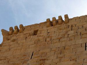Le krak de Montréal posé sur une butte domine la région, avec ses murs défensifs, ses allées souteraines et son escalier en colimaçon à 300 marchess