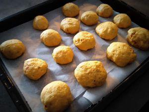 Petits pains garnis à la tomme de Savoie, tomates séchées et viande de boeuf séchée