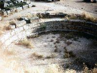 Hémicycle des Rois d'Argos - Trésor des Athéniens -  Trésor des Siphiliens -Temple d'Apollon -Théâtre - Colonne ionique - Frise sur tronçon de colonne.