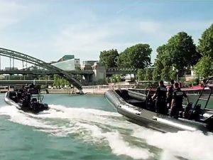 La police française lancée aux trousses de l'équipe Mi6. Lieu : Pont Charles-de-Gaulle le 22 Mai 2017.