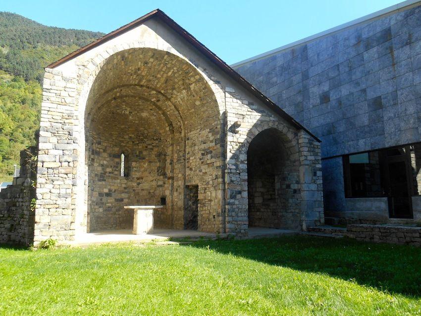 Santa Maria de Mig Aran (Statue polychrome) et chapelle du XII° restaurée