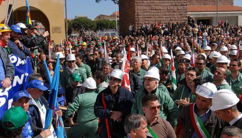 """Lavoratori,istituzioni,pensionati,studenti,artigiani,ambulanti... tutti sotto un unico grido """" LAVORO """""""