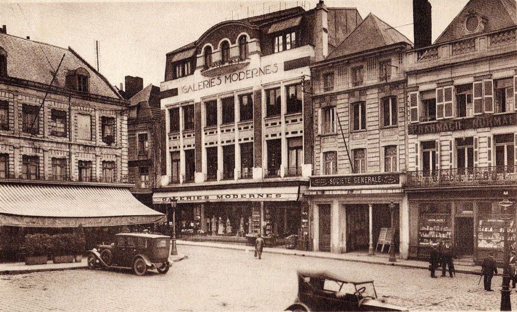 35 rue Ernestale, Galeries Modernes. Sylvère Laville (Paris), architecte, 1923 - Photo 15 place du Théâtre vers 1913, source : archives municipales - Cartes postales : Archives départementales du Pas-de-Calais et collection privée.