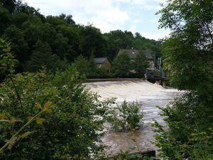 La chaussée déverse les eaux troubles de l'Aveyron