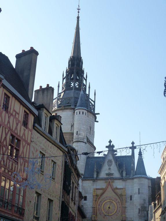 Une rue piétonne du Vieil Auxerre, une porte de la ville et la cathédrale, le tout sous le soleil, nous étions le 17 décembre.