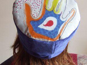 Une nouvelle casquette avec le tissu peint et brodé à la main...