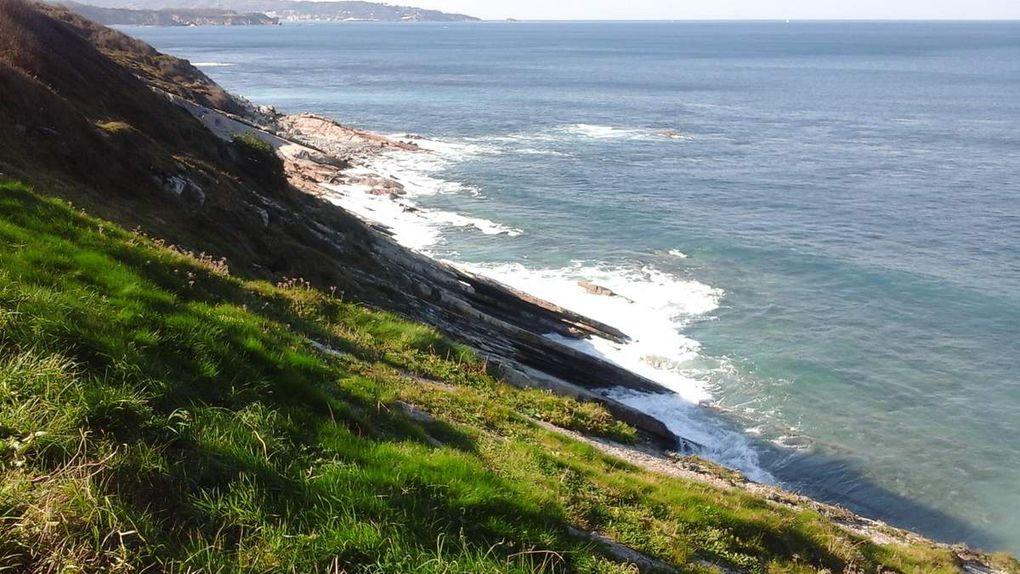 La côte sous le soleil et les strates à fleur d'eau.