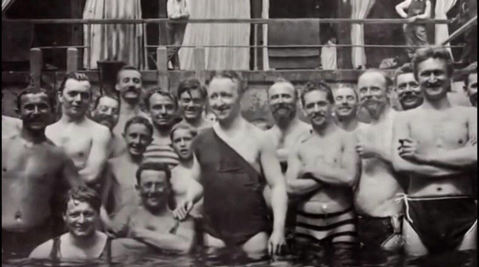 Tous les chanteurs du festival à la piscine sous la présidence de Siegfried Wagner!