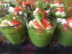 Soupe glacée de courgettes et roquette, dés de tomate et mozzarella
