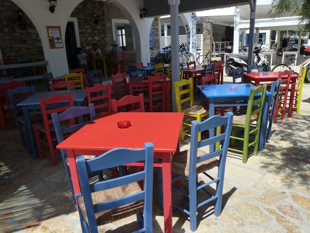 Le style cycladique, maisonnettes blanchies et fleuries, n'échappe pas à Antiparos, pas ou peu de touristes pour l'instant mais on sent que les commerçants commencent les préparatifs pour saison qui va commencer la semaine suivante.