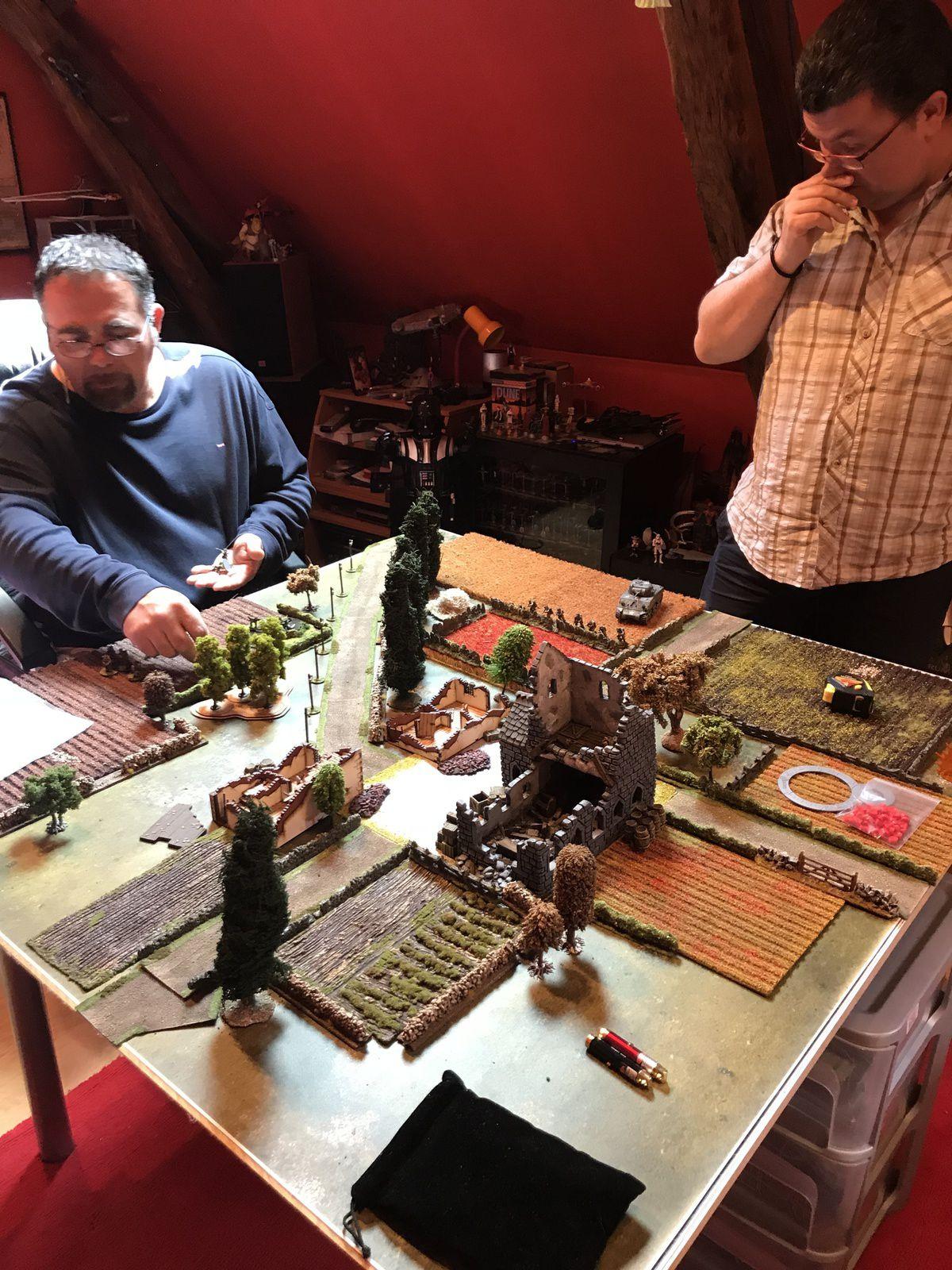 Les Alliés ! se positionnent en premier sur les bords de leur table et dans l'angle
