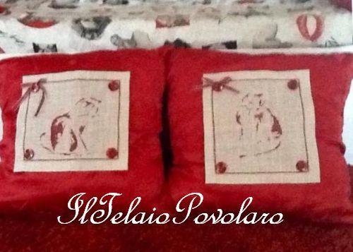 ... E due gattini ricamati ... per cambiare l'aspetto dei due cuscinotti di Chiara