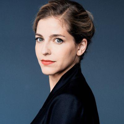 La timidité de Karina Canellakis à la tête de l'Orchestre de Paris dans Sibelius et Chostakovitch
