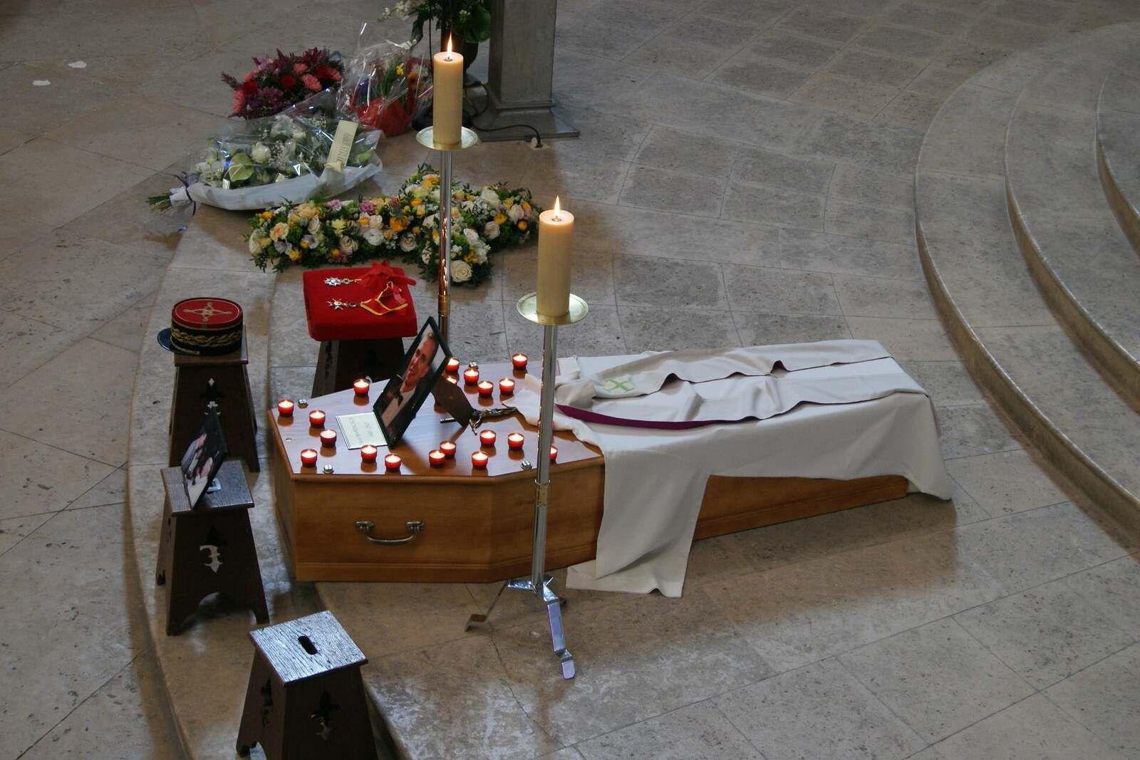 """""""Ses deux décorations et son képi étaient sur un coussin sur son cercueil pendant la cérémonie """" Crédits photographiques : Page Facebook de la cathédrale Saint Louis de Versailles"""