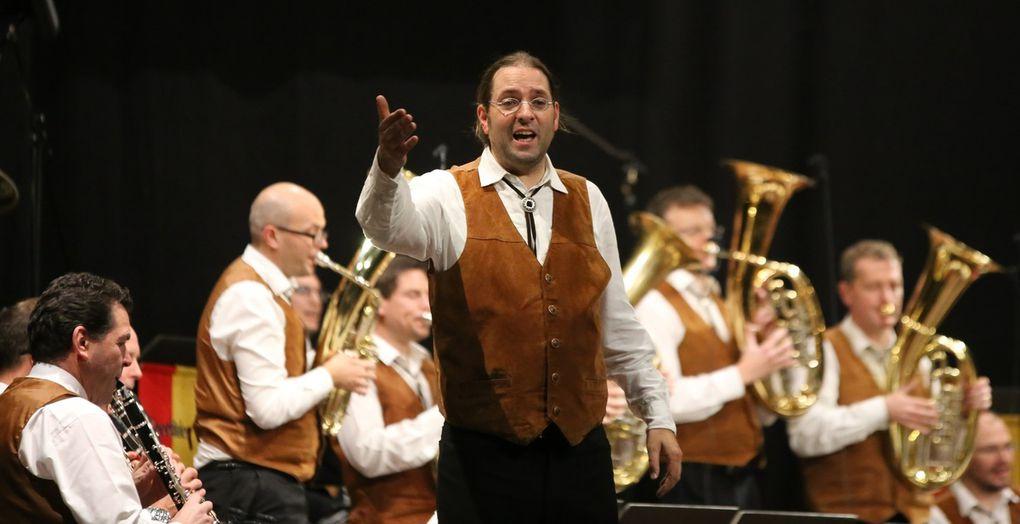 """Die Leitung des Orchesters hat seit 2014 der aus Schweinfurt stammende Musiker Florian Ebert der zuvor schon 15 Jahre als Flügelhornist mitwirkte. Er hatte am Würzburger Konservatorium Trompete studiert und nach seinem Abitur seinen Wehrdienst im Heeresmusikkorps 12 in Veitshöchheim geleistet und 2002 das Staatsexamen in Musikpädagogik an der Uni in Bamberg absolviert. Seit 2007 wirkt er als Lehrer in Lichtenfels.  """"Wenn man konzertant spielt, ist die böhmisch-mährische Musik anspruchsvoll und schwer"""", sagt Ebert. Dafür würden seine 24 Musiker stehen, die keine Gage erhalten, außer Kost und Logis."""
