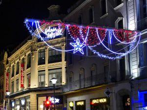 Décorations de Noël dans le centre ville de Béziers : le théâtre municipal et les Allées Paul Riquet(décembre 2016, images personnelles)