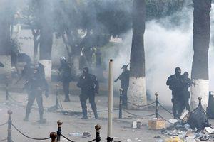 Pour BFM TV, l'utilisation de lacrymogènes en Algérie est de la «répression» (vidéo)! Ça c'est fou quand même, et en France pas de problèmes ?