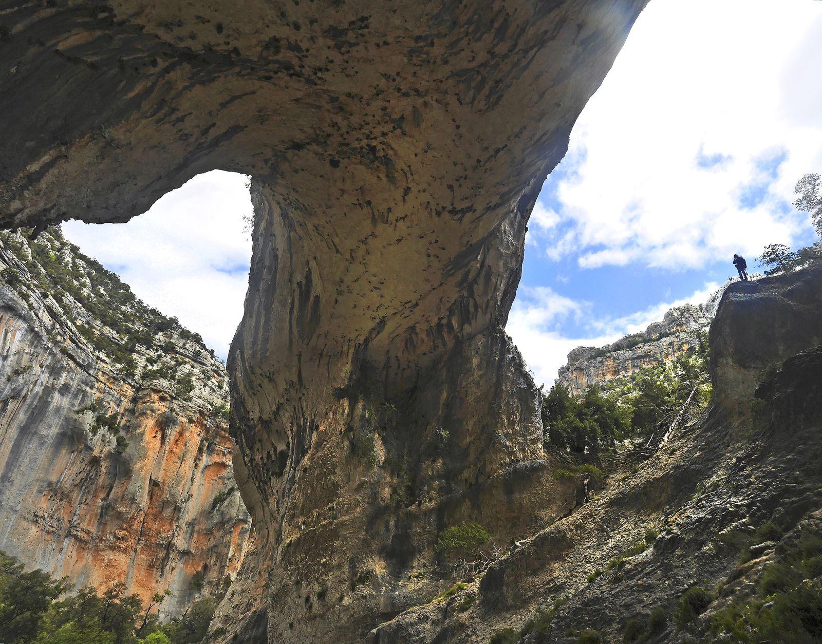L'énorme arc-boutant de s'Arcada Manna. Outre la taille, c'est surtout le côté massif qui est impressionnant. Sur le côté à gauche, dans la pointe, il doit y avoir 60 m de hauteur.