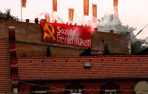 Après l'Acropole d'Athènes, les communistes sur le Schlossberg de Graz (Autriche – Styrie): « La jeunesse communiste d'Autriche allume le feu pour la justice sociale! »